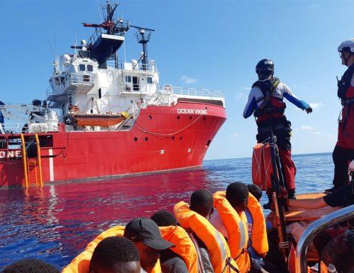 La Ocean Viking sbarca a Pozzallo con 274 migranti a bordo Scatta la quarantena, ma non fermano gli arrivi