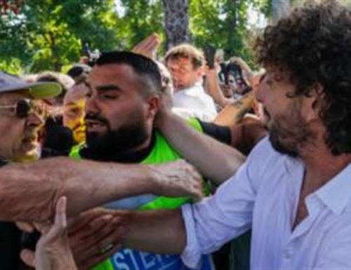 Gli odiatori dei 5 Stelle aggrediscono  Filippo Roma alla manifestazione anti-vitalizi: Roba da pazzi