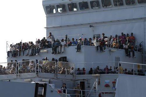 Continua l'invasione delle Ong verso l'Italia A Pozzallo altri 363 migranti E intanto i giudici aprono un nuovo fascicolo su Salvini