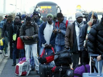 Coronavirus, fondi dimezzati alla sanità, perché spesi per i migranti-clandestini