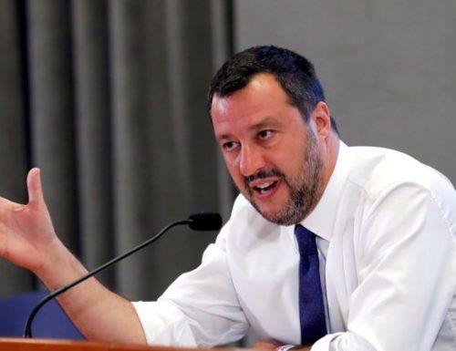 """Coronavirus Salvini sbatte i pugni sulla scrivania: """"Se l'Ue dice no agli aiuti, leciti i dubbi sulla nostra permanenza in questo contesto"""""""