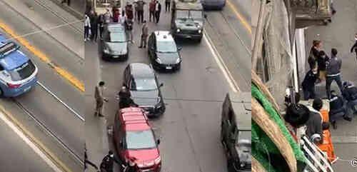 Guerriglia in strada Assalto alla polizia