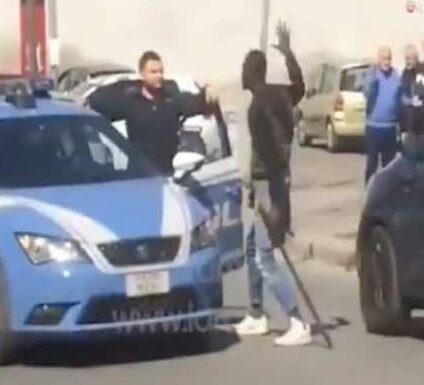 L'integrazione secondo sinistra, molesta signore davanti un market e manda in ospedale tre agenti di polizia