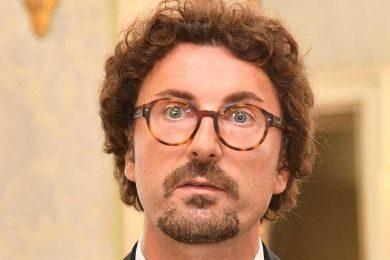 Fermi tutti, ridono anche i polli: in rete la petizione per intitolare a Toninelli il nuovo ponte di Genova. Sempre meglio che a Oliviero Toscani