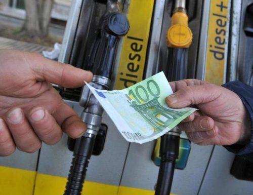 La grande speculazione:  petrolio al minimo storico, ma il prezzo della benzina non scende
