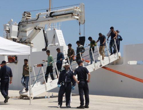 """Ci prendono per il culo La Von der Leyen: """"non prenotate le vacanze"""" Ma a Pozzallo sbarcano altri 100 migranti"""