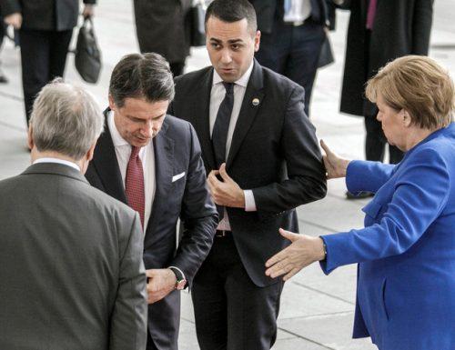 """Di Maio rinnega pure di aver fatto il bibitaro, e lancia le bottiglie per aria: """"Mai fatto il bibitario. E la Merkel mi stima molto"""" Il web si scompisca dalle risate"""