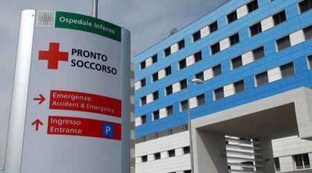 L'orrore a Rimini, un migrante picchia una guardia giurata, e lo rimane in una pozza di sangue