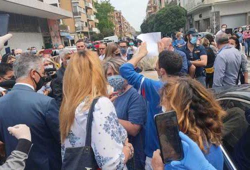 I sogni della sindaca Raggi si fermano a Ostia: contestata di brutto dai commercianti [Video]