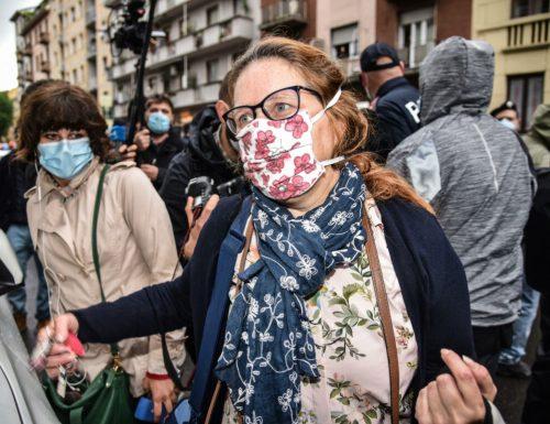 """[Video] Silvia Romano, lo sfottò della mamma ai giornalisti: """"ridicoli. Non sono Sharon Stone"""" Infatti l'attrice non avrebbe mai mandato la figlia a morire in Africa senza garanzie"""