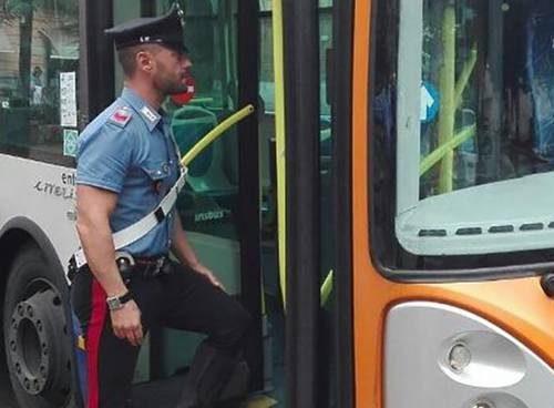 L'orrore a Roma, tre immigrati picchiano a calci e pugni l'autista di un bus quasi a farlo svenire Finisce in ospedale