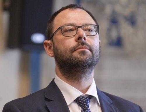 """""""Lo schifo"""" Aiuti alle imprese? Per carità: il decreto aprile slittato a maggio, slitta ancora In Italia contano solo i migranti"""