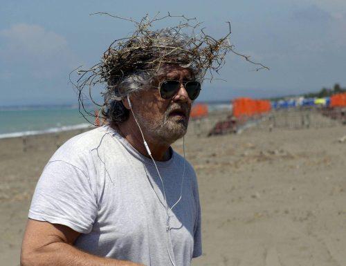 Beppe Grillo ha creato il mostro ed è scappato a rinfrescarsi e rigenerarsi sulla spiaggia a Marina di Bibbona. M5s e PD spaccati su tutto, ma non si dimettono. Anzi. Si godono il mare…
