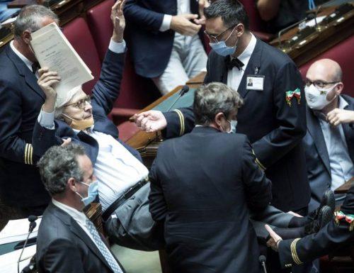 Sgarbi è un fiume in piena  alla Camera: urla, insulta i colleghi e viene cacciato [Video]