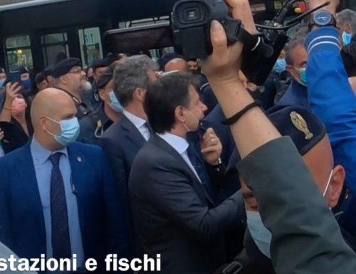 Giuseppe Conte contestato a Palazzo Chigi: buffone vattene… Il premier è costretto a scappare [Video]
