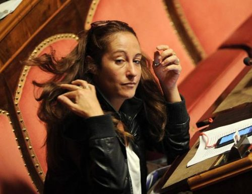 """Linguaggio squallido per una donna, Paola Taverna, lo sfogo al ristorante dopo lo stop al Dl Elezioni: """"Figli di una mign***"""" Ma chi l'ha votata?"""