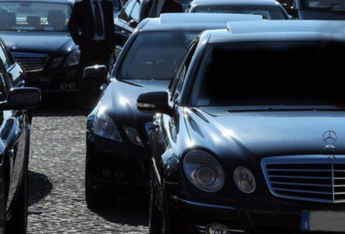 [Ma non erano contro i privilegi e le auto blu?] Luigi Di Maio in Svizzera con una fila di sei auto blu e tre furgoni: la rete lo distrugge [Video]