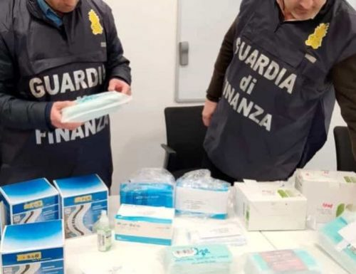 Vendevano mascherine tarocche a Protezione civile e Regione Toscana: in manette 13 imprenditori cinesi