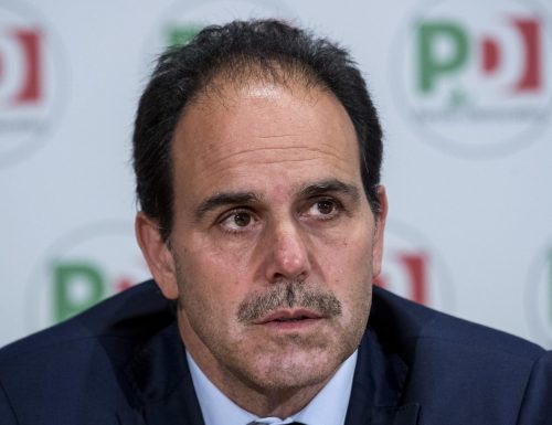 """Il piddino Marcucci ci prende per fessi, richiama la Azzolina: """"Svegliati"""". E il web insorge: """"Zitto, sei un suo complice"""""""