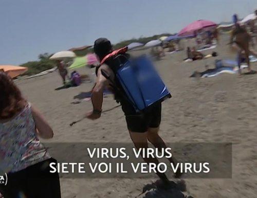"""Beppe Grillo disgustoso, scappa dalla giornalista chiamandola """"virus"""". Meloni: """"Ecco in che mani è l'Italia"""" [Video]"""