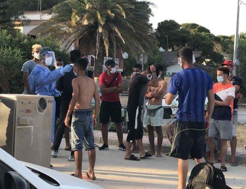 Sbarco choc, i migranti arrivano in spiaggia tra sdraio, ombrelloni e bagnanti. Ma dove stiamo arrivando con questa sinistra al governo? E se una volta sbarcati scappano e sono positivi al Covid-19? Chiamate Lamorgese..