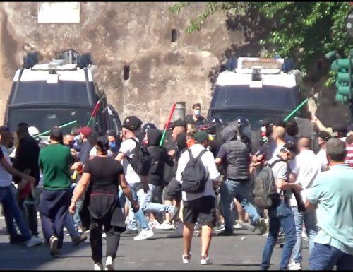 Al Circo Massimo è guerriglia senza precedenti tra ultras, Fn e polizia. Volano bottiglie e bombe carta [Video]