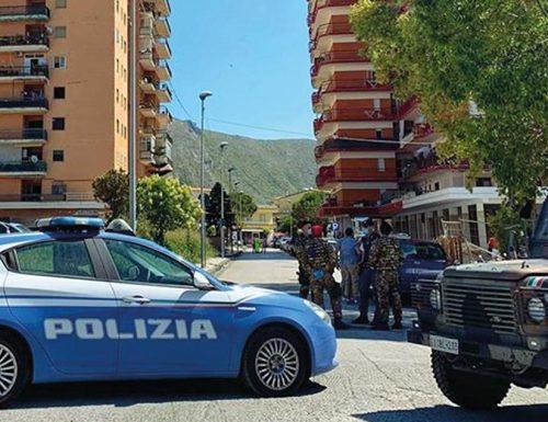 Far West a Mondragone: italiani contro bulgari, lancio di sassi e sedie Vola di tutto