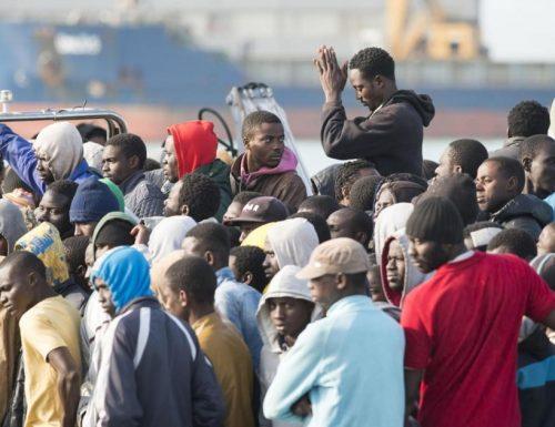 """Migranti infetti in fuga contro gli agenti: """"Vaffa***** non potete farci nulla"""". Cosa? Grazie PD, grazie M5s"""