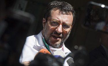 """Salvini: """"Pd e Iv si divertono in motoscafo al largo di Ischia. Loro in gita, agli italiani gli immigrati"""""""