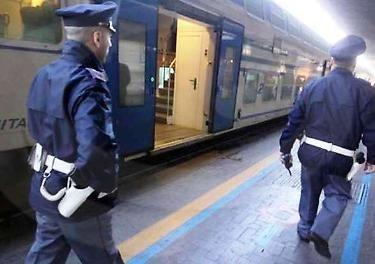 """Immigrato africano fermato  dalla polizia in Stazione. Le sardine: """"Abuso di potere"""". Falso: ecco cosa faceva l'immigrato"""