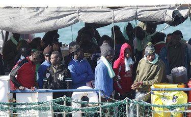 """Arrivano a iosa in Italia, sono infetti e scappano. Il sindaco: """"Non inviatene più"""". Ma Lamorgese fa finta di niente"""