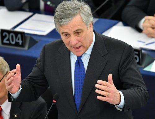 """I Cinquestelle sono in ginocchio. Tajani li sotterra: """"Vivono nel terrore di sparire e si sottomettono al Pd"""""""