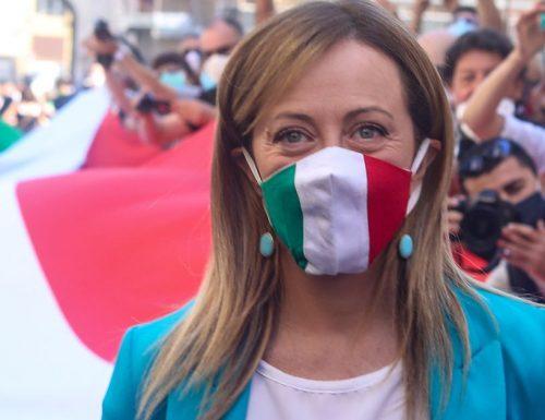 """La sciabolata di Giorgia Meloni che manda in delirio la piazza: """"Noi siamo il popolo, libereremo l'Italia da questi incapaci"""" [Video]"""