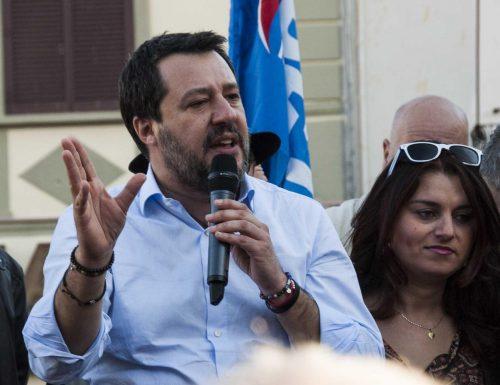 """Salvini caterpillar: """"Se vogliono tornare alla legge Fornero devono passare sui nostri corpi"""""""