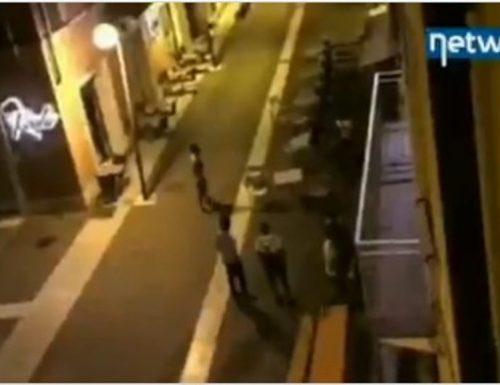 A Legnago scoppia la guerra, mazze di ferro e tavolini in strada: immigrati violenti seminano il terrore [Video]