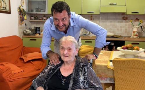 """Lampedusa, nonna Rosa ha le idee chiare: """"I clandestini devono andare via. Soltanto Matteo Salvini può salvarci"""""""