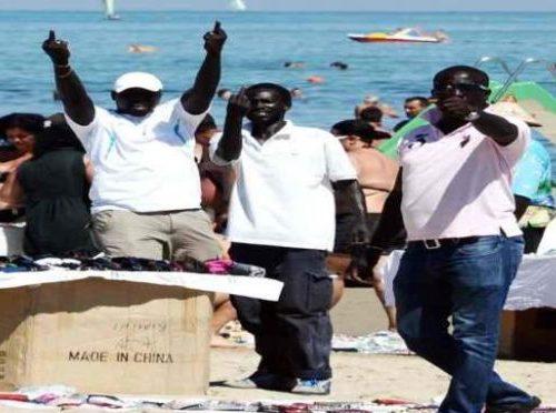 Migranti affollano le spiagge senza protezioni: se ne fregano delle leggi