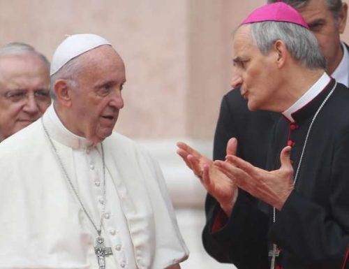 Il cardinale antisovranista Zuppi, che tifa migranti, non si fa mancare nulla. Ora va anche alle feste dell'Unità