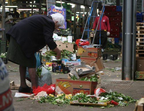 In Italia si abbatte l'ombra del fallimento, ma Conte esulta: crollo senza precedenti dei consumi e dei redditi