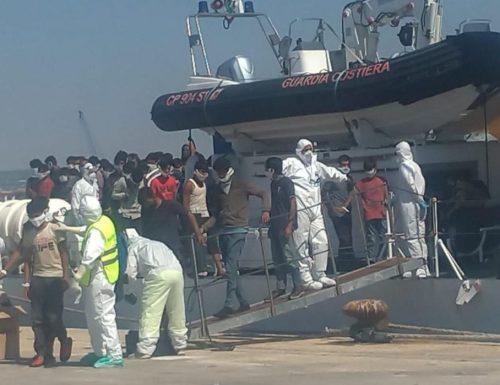 """Qualcuno aiuti l'Italia dalla sinistra Pozzallo, 11 immigrati positivi al coronavirus. L'ira di Musumeci: """"Il governo gioca con il fuoco"""""""