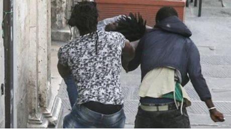 Lo schifo a Desenzano del Garda: immigrati si prendono a bottigliate e a coltellate. I turisti scappano sotto agli occhi inferociti dei residenti