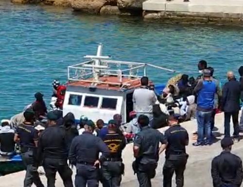 Coronavirus, Lampedusa sotto choc: sbarcano altri 26 immigrati positivi. Governo Conte assente