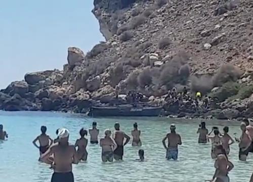 Ancora sbarchi, questa volta i migranti sbarcano tra i turisti: Lamorgese e Conte fingono di non vedere [Video]