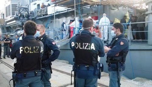 """[BOOM] Poliziotti in rivolta contro sbarchi e Ong: """"Basta, se li tengano le Ong sulle loro navi"""""""