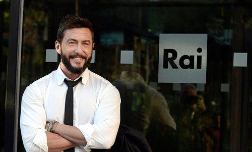 Federico Ruffo, il nuovo conduttore di Mi Manda Rai Tre parte con la pernacchia: gli ascolti sono come i sondaggi dei 5 Stelle, un flop. E a sponsorizzarlo sono proprio i cinquestelle