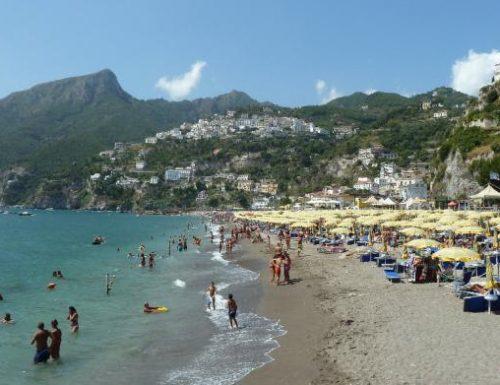 A Vietri sul mare la spiaggia libera non è libera: si paga, e se sei fortunato, trovi posto