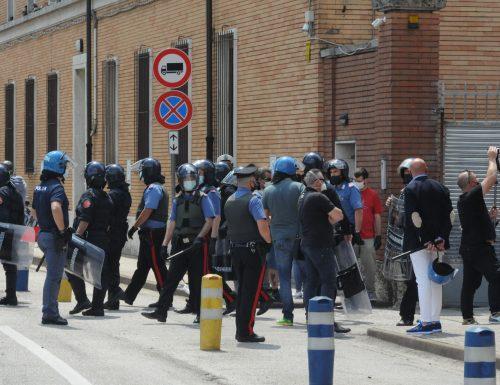 Coronavirus, immigrati positivi infettano poliziotti e residenti: ma il governo gira la faccia dall'altra parte