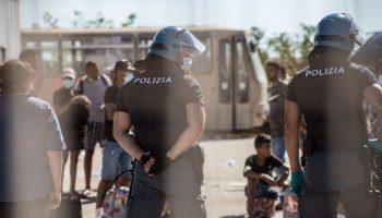 L'Italia ha paura, ma Conte tace. Messina, hotspot al collasso: altri 58 migranti in fuga