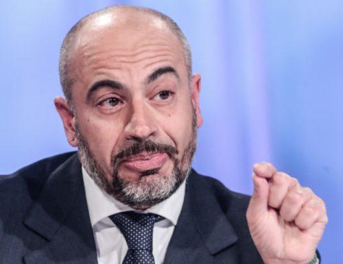 """Paragone umilia i 5 Stelle: """"Il governo aspetta i croccantini da Bruxelles, perciò ha scelto Battelli, con la licenza media"""""""