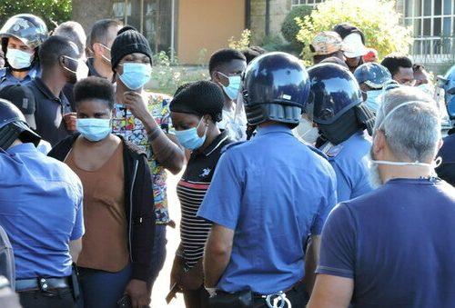 Parte la rivolta dei migranti positivi al Covid. E a pagarne le pene sono 4 agenti di polizia